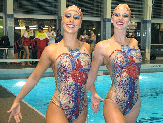 10 synchronised swimmers